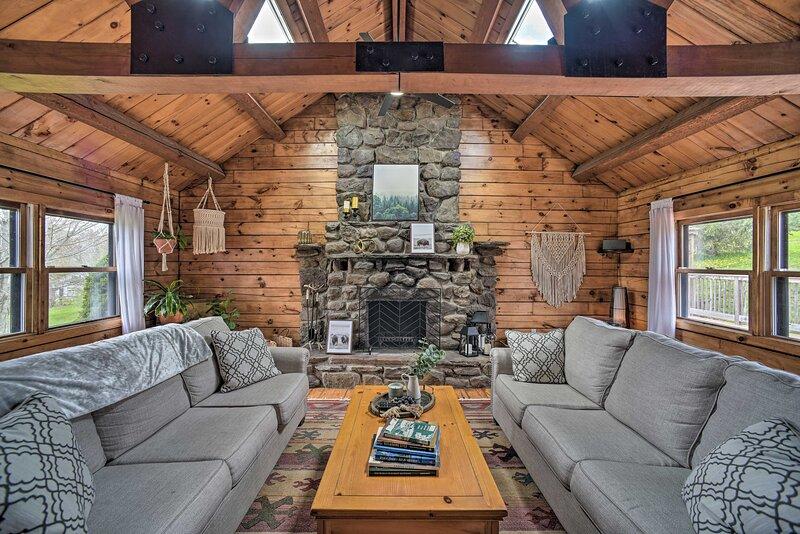 NEW! Stunning Catskills Lodge w/ Deck + Fire Pit!, casa vacanza a Hobart