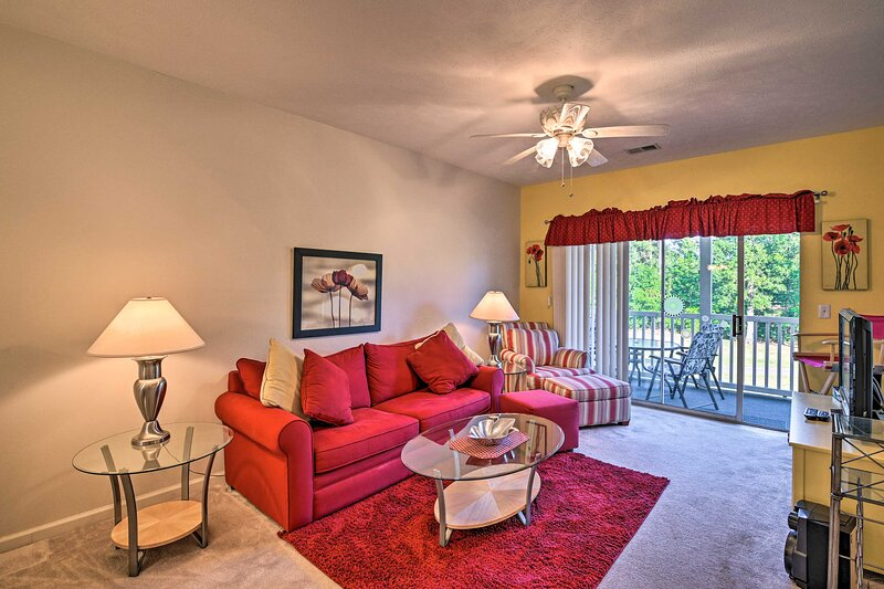 NEW! Cozy Condo w/ Golf Course View, 4 Mi to Shore, holiday rental in Forestbrook