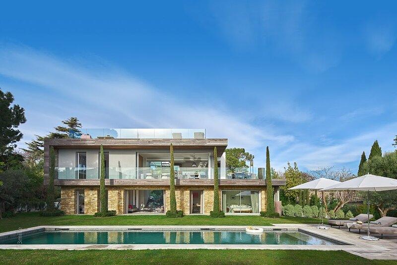 Magnifique villa contemporaine récente, 5 chambres, jardin plat, grande piscine, holiday rental in Cap d'Antibes