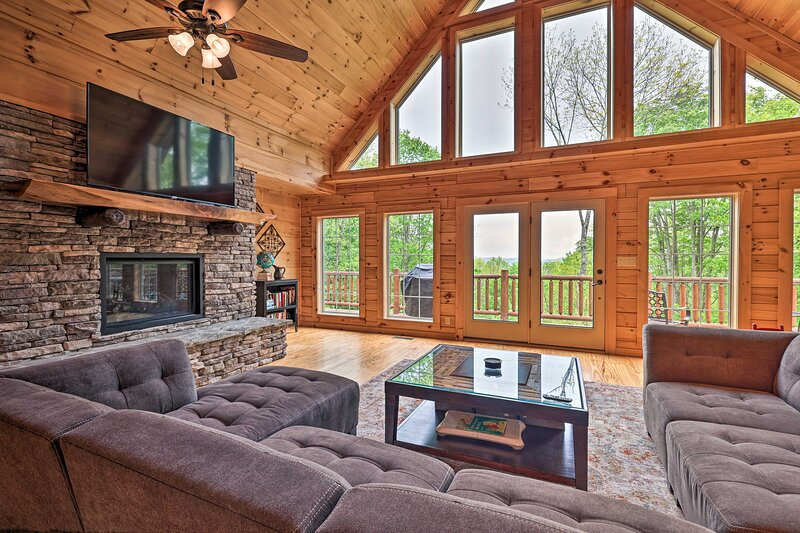 NEW! Creston Family Cabin w/ Hot Tub & Game Room!, holiday rental in Mountain City