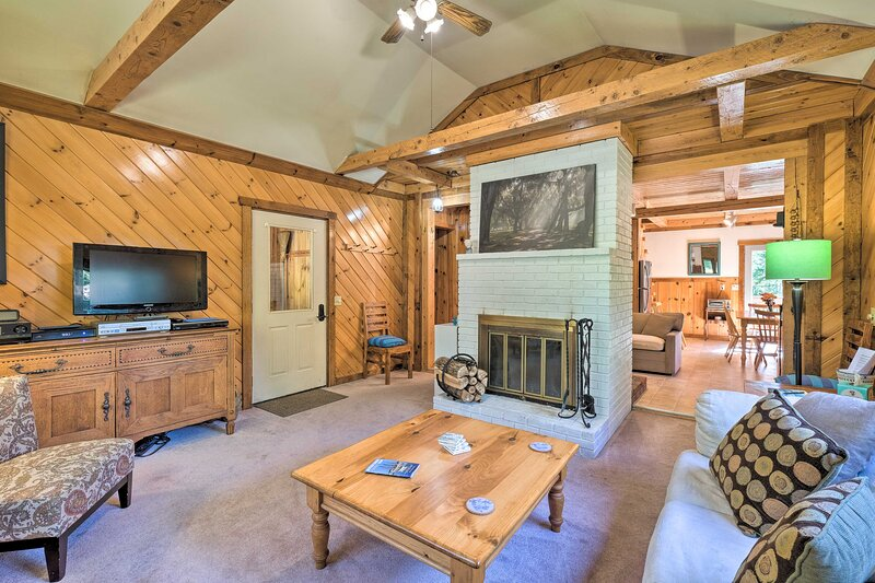 Boothbay Harbor Cabin w/Spacious Deck & Yard!, holiday rental in Southport