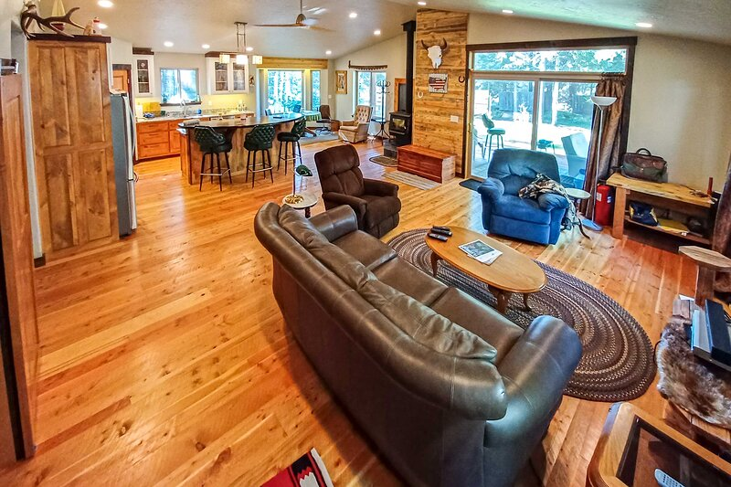 Newly Built Mtn-View Cabin: Hike, Fish & Explore!, holiday rental in Seeley Lake