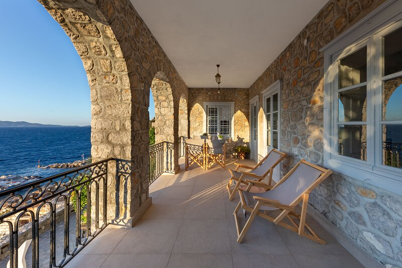 ONOS ΙΙΙ is an elegant 2 bedroom suite with spectacular sea views, holiday rental in Mandraki