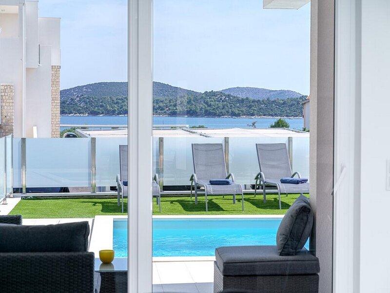 Villa Draga - Three Bedroom Apartment with Sea View, alquiler de vacaciones en Tribunj