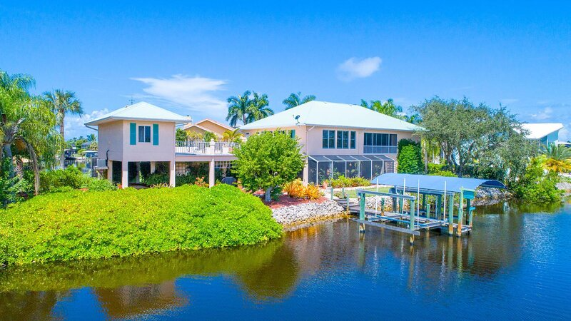 Perfect 4-Bed/3-Bath Beach House w/ Heated Pool & Boat Dock, holiday rental in Survey Creek