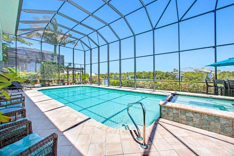 5-Bedroom Family Beach & Pool House on Bonita Beach  | Sleeps 11, holiday rental in Survey Creek