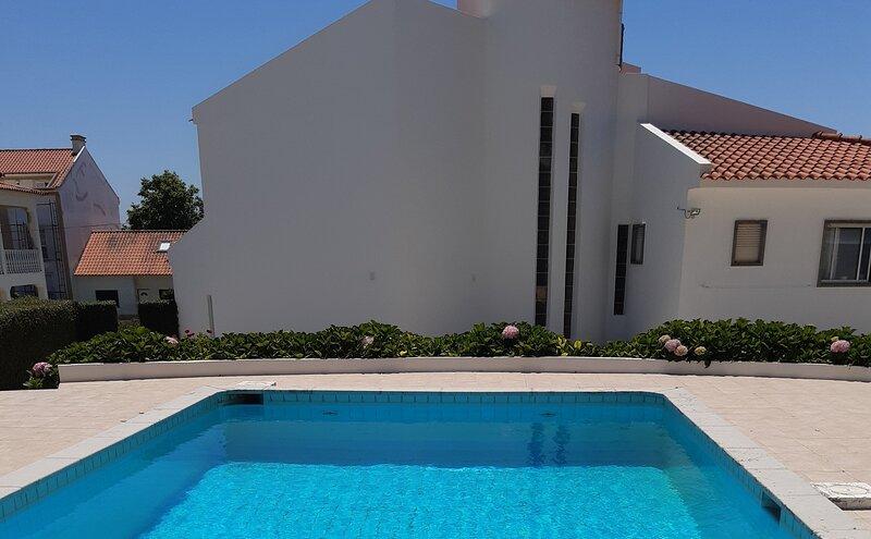 Impecable 4-Bed Villa in Praia da Areia Branca, vacation rental in Areia Branca