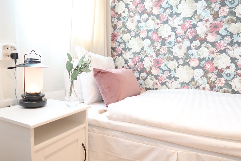 Detailed guest room in beautiful guesthouse Tre Sma Rum Sodermalm, 10m 2 – semesterbostad i Lidingö