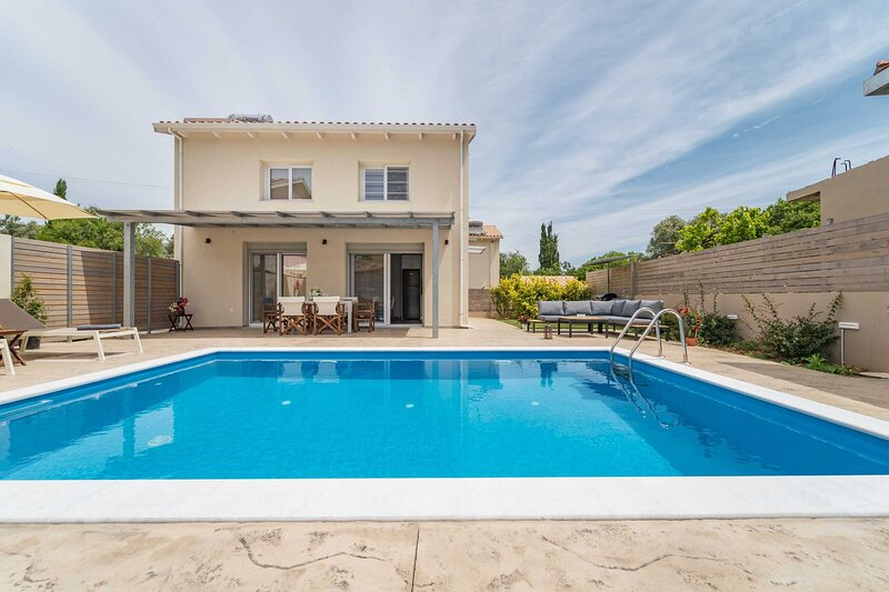 Villa Vilana 5min away from Ai Giannis beach and Milli & close to town, holiday rental in Kalligoni