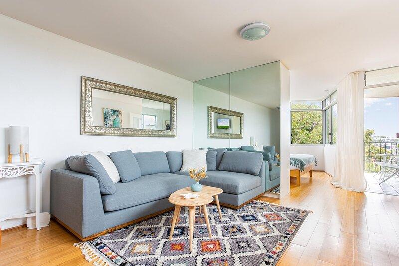 Bronte Beach Coastal Apartment with Ocean View, holiday rental in Waverley