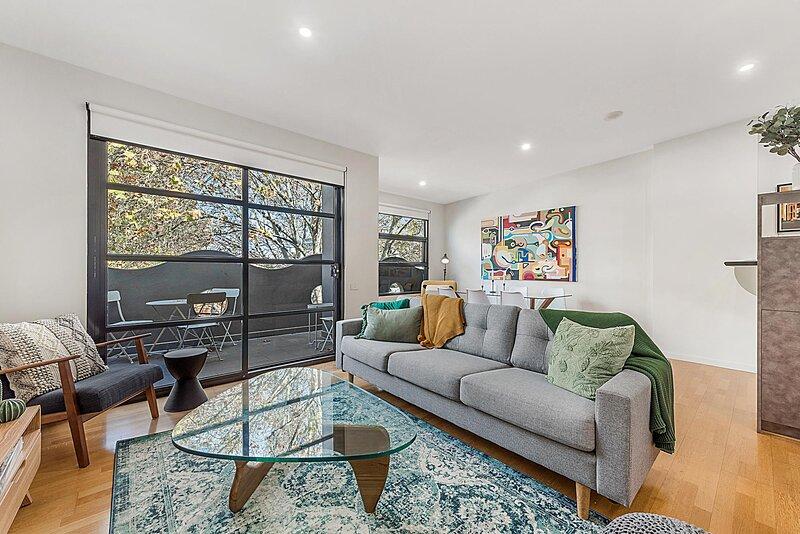 Beautiful 2-Storey Unit with Balcony near Smith St, vacation rental in Yarra