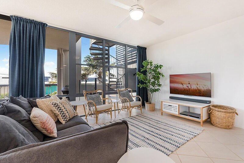 Amazing Beach Unit with Pool and Rooftop Jacuzzi, holiday rental in Marcoola