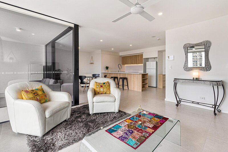 Incredible 2-Bed Unit with Parking and Lounge Deck, vacation rental in Maroochydore