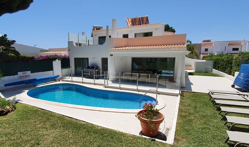 Beautiful Private Villa With Heated Pool Close to Vilamoura Marina, holiday rental in Vilamoura