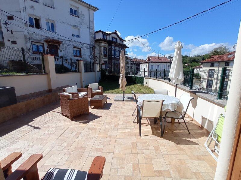 Apartamento de planta baja en el centro de comillas con terraza privada, location de vacances à Udias