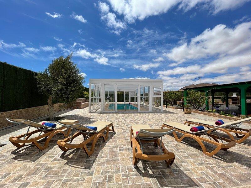 Villa El Cantil con piscina y barbacoa, holiday rental in Casillas de Morales