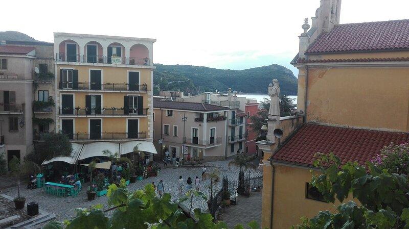 Vista panoramica verso piazza situata al 2° piano, vacation rental in Marina di Camerota