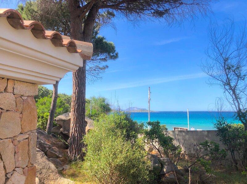 Casa grecale Villetta Fronte mare con accesso in spiaggia, alquiler de vacaciones en Punta Pietra Bianca