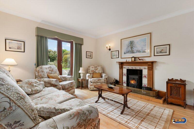 Large Country Cottage, Countryside Views, Enclosed Garden and Parking, location de vacances à Sageston