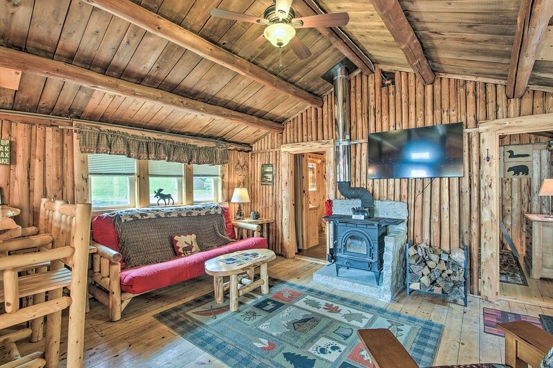 NEW! Charming Lakeside Cabin w/ Deck & Shared Dock, holiday rental in Colebrook