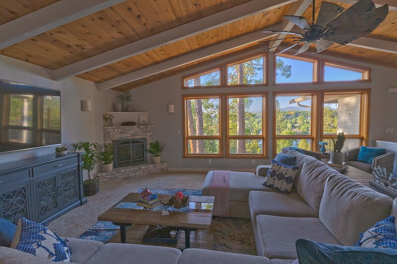 Mountain family retreat, breathtaking lake views, by Yosemite, holiday rental in Coulterville