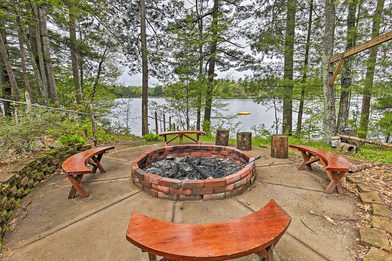 Lakeside Lodge w/ Deck, Sweeping Sunset Lake Views, aluguéis de temporada em Tomahawk