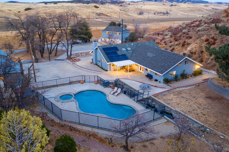 Amazing Escape close to LA with Pool and Game Room, holiday rental in Lancaster