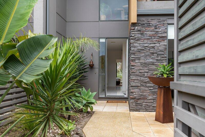 Cosy Coast Drive 3 Bedroom - Pool Access - Torquay, holiday rental in Torquay