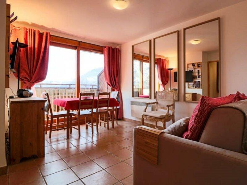 Appartement décoré avec goût avec Wifi gratuit, holiday rental in Montvalezan