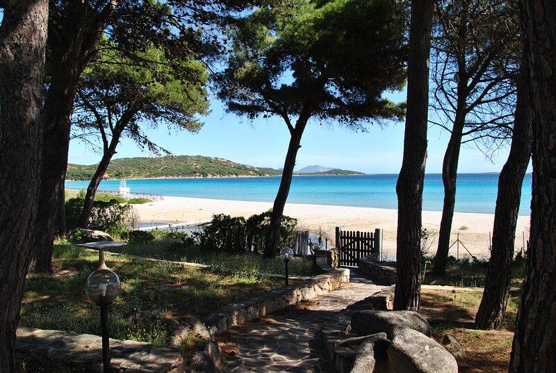 Casa ponentne Villetta Fronte mare con accesso in spiaggia, alquiler de vacaciones en Punta Pietra Bianca