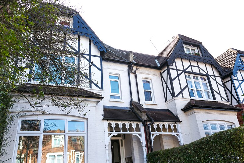Nice private self-contained apartment close to the West End, holiday rental in Willesden