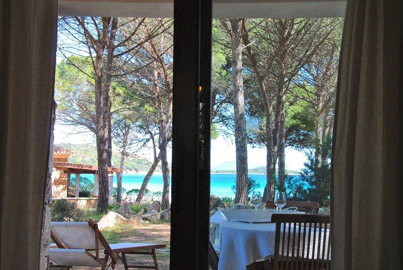 Casa maestrale Villetta Fronte mare con accesso in spiaggia, alquiler de vacaciones en Punta Pietra Bianca