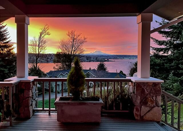 Island Oasis | All-Suite, Hot Tub, Deck | Lake Washington & Mt. Rainier Views, holiday rental in Issaquah