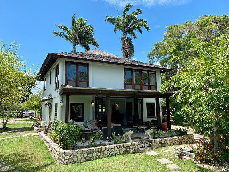 Tikal Villa (Jamaica) - Oceanfront luxury Villa, holiday rental in Ocho Rios