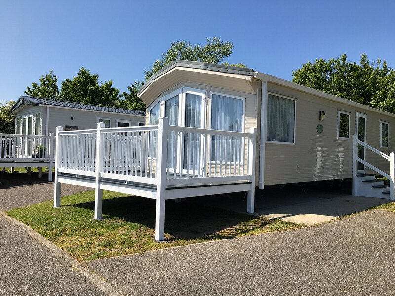 Beautiful 6 berth caravan at Breydon Water Holiday Park in Norfolk ref 10013ND, holiday rental in Fritton