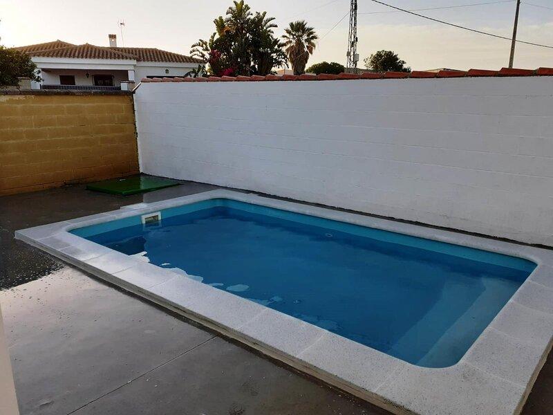 House with private pool for families and couples only A, aluguéis de temporada em Los Naveros