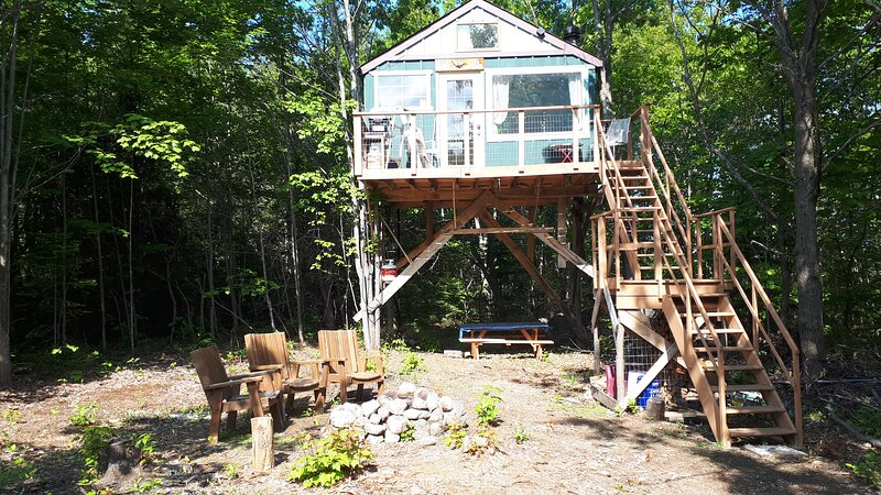 Off-Grid Treehouse, holiday rental in Trout Creek