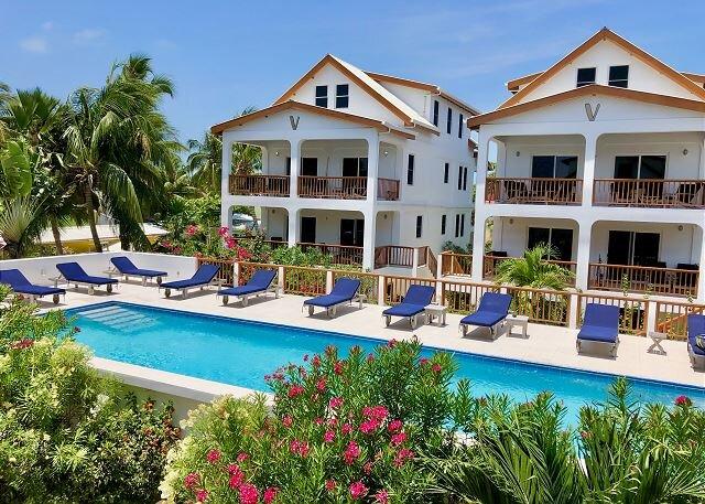 Penthouse Velento #7 with private dock/beach, pool, free paddleboards, aluguéis de temporada em Caye Caulker