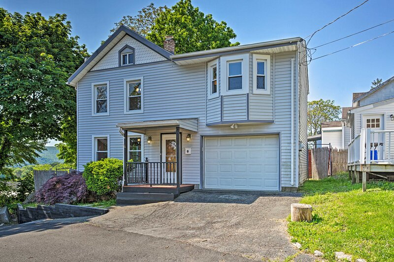 NEW! Updated Home w/ Patio Half Mile to West Point, holiday rental in Cornwall on Hudson