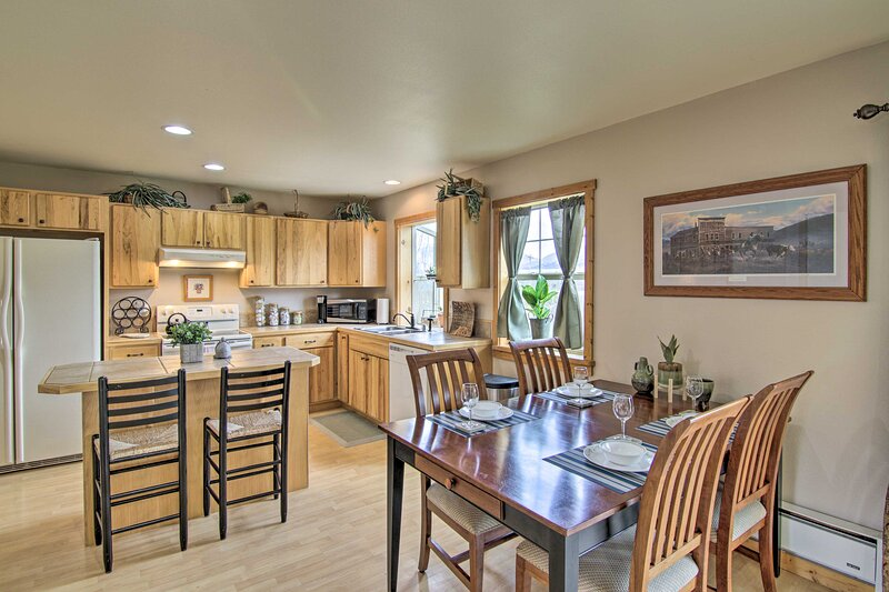 NEW! Airy Emigrant Townhome w/ Sweeping Mtn Views!, holiday rental in Emigrant