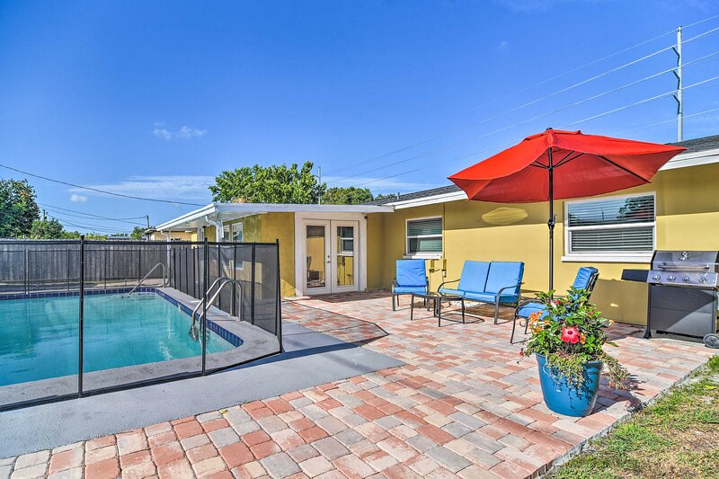 NEW! Charming Family Home w/ Private Pool in Largo, holiday rental in Belleair Bluffs