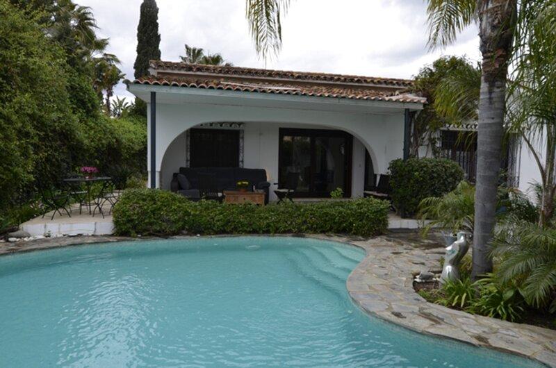 Maravillosa Villa piscina privada junto a la playa, vacation rental in Benamara