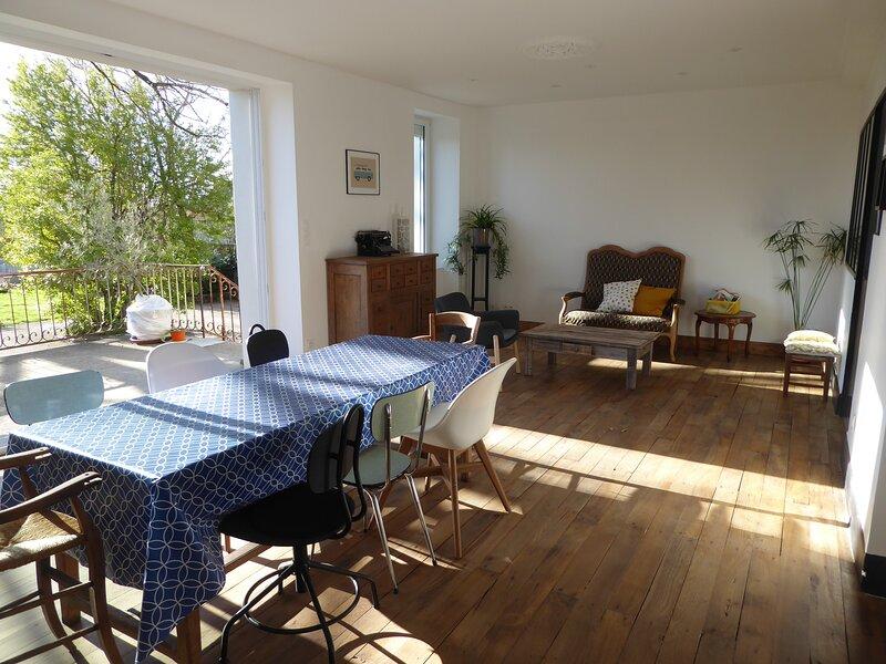 Gite meublé ' La maison d'à coté' avec piscine sur terrain de 2500m², holiday rental in Crespin