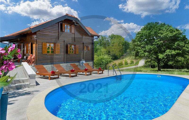 Nice home in Jarek Habekov with WiFi, Outdoor swimming pool and 3 Bedrooms (CCC2, location de vacances à Sveti Martin