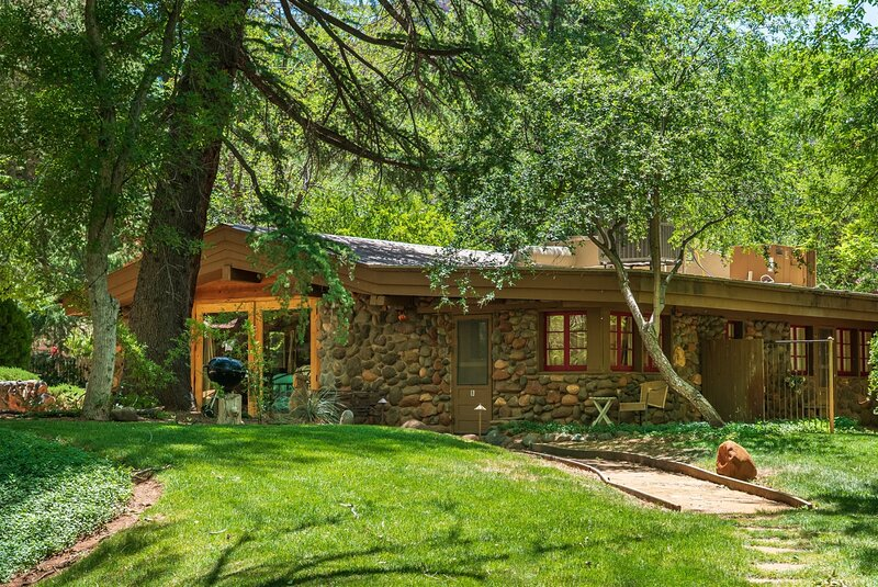Cabin Style Feel Guest House With Creek Access Surrounded with Greenery - S101, holiday rental in Sedona