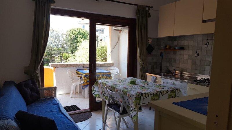 SUNSET VIEW APARTMENT WITH 1 ROOM, PRIVATE TERRACE AND PARKING, aluguéis de temporada em Porto Rotondo