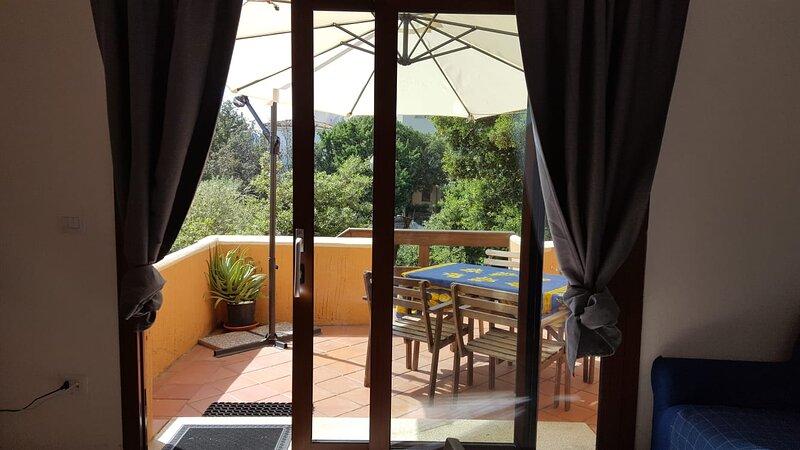 SUNSET VIEW HOME WITH 2 ROOMS AND PATIO, aluguéis de temporada em Porto Rotondo