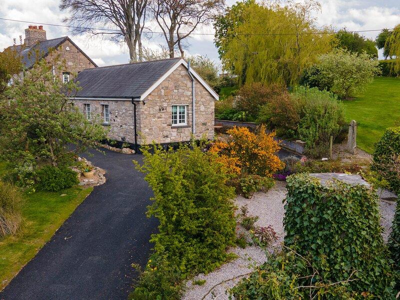 BWTHYN BRYN LLWYN, romantic, country holiday cottage, with a garden in Denbigh, holiday rental in Denbigh
