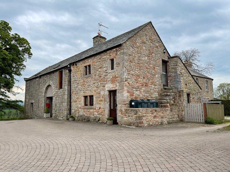 CLOVE COTTAGE, semi-detached cottage with wonderful views, en-suite facility, location de vacances à Warcop
