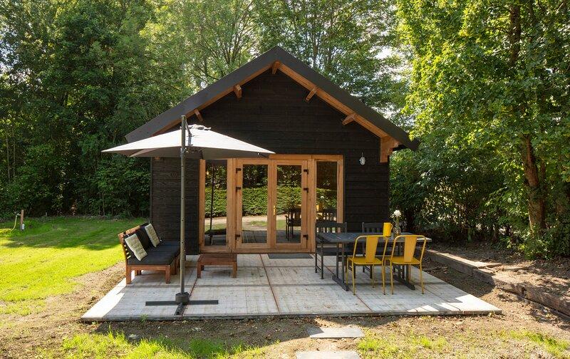 Scandinavisch huisje op camping Marenland, holiday rental in Westernieland